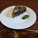 Пирог с джемом, сушеной грушей и изюмом