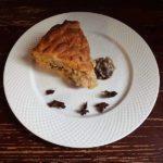 Пирог из слоеного теста со сливами, творогом и овсяными хлопьями