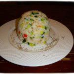 Салат из риса, мяса и овощей