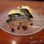 Штрудель с грушей и изюмом из слоеного теста