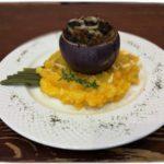 Лук запечённый с мясным фаршем на подушке из картофельно-тыквенного пюре