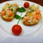 Салат из консервированной семги и овощей