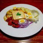 Салат с картофельными чипсами и яйцами