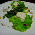 Салат со стручковой фасолью и творожным соусом