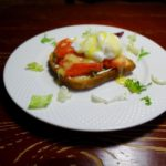 Скандинавский завтрак с яйцами пашот и соусом голландез