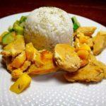 Куриная грудка в сливках с овощами и рисом