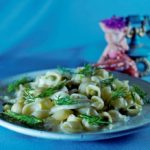 Теплый салат с кальмарами и ракушками