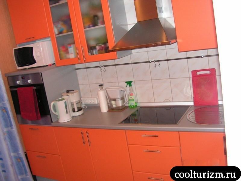 кофейный манник с тыквой на кислом молоке на оранжевой кухне