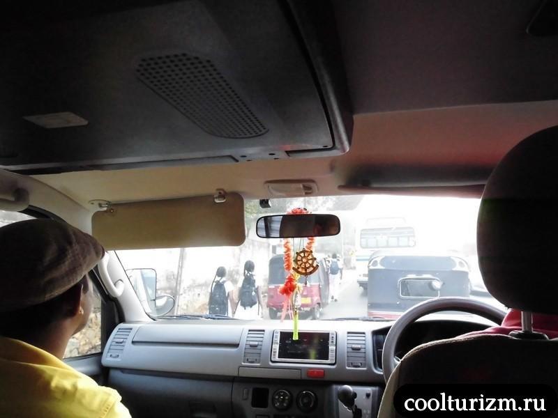 микроавтобус едет в Канди.Шри Ланка.экскурсия