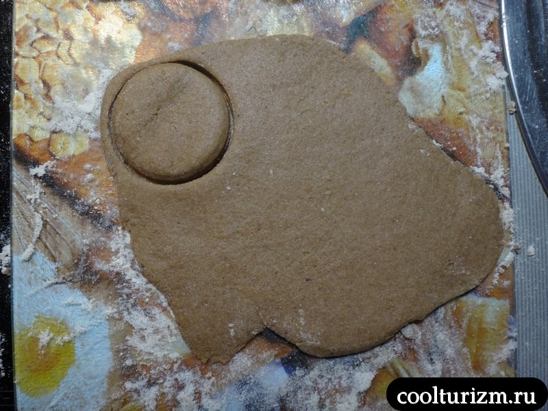 раскатываем тесто скалкой и нарезаем кружками