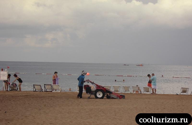 уборка пляжа в Тайланде