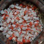 Салат с фасолью и крабовыми палочками.