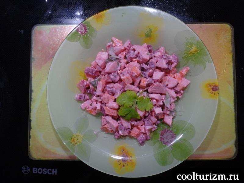 салат из овощей со сметаной готов