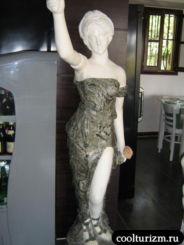 статуя в ресторане.родос