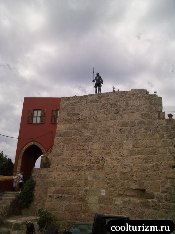 рыцарь несет службу по охране города.родос