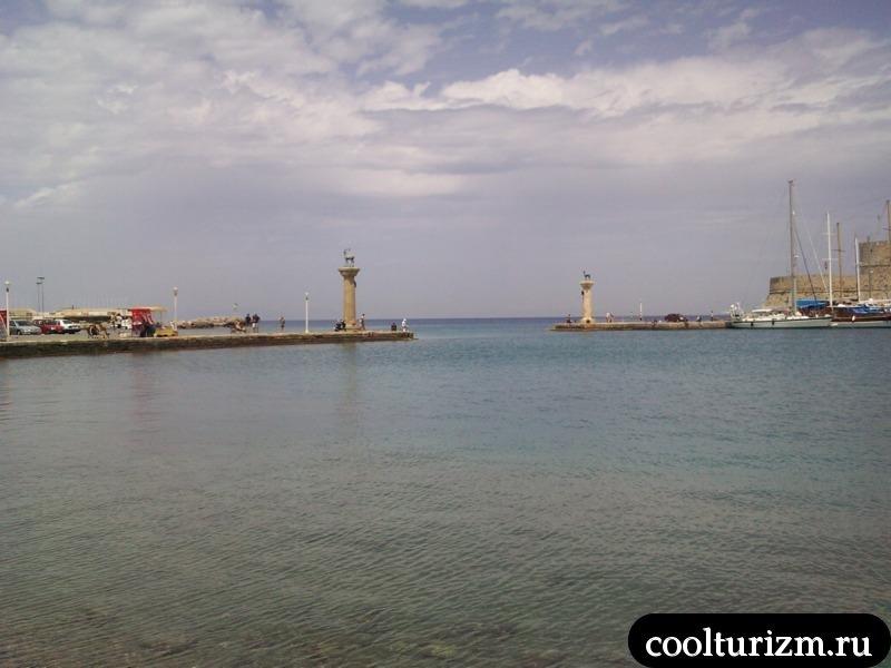 столбы с оленями в гавани Родоса