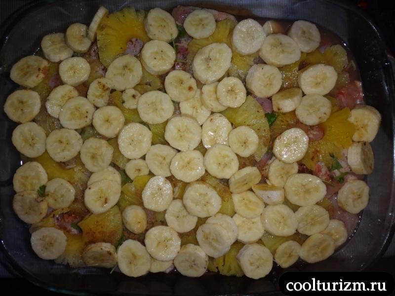 режем бананы и ананасы на куру