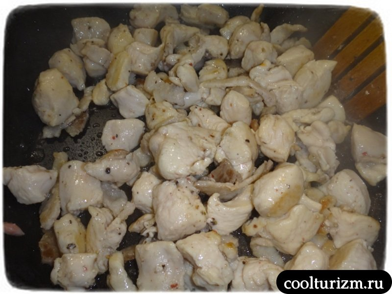 обжариваем куриную грудку