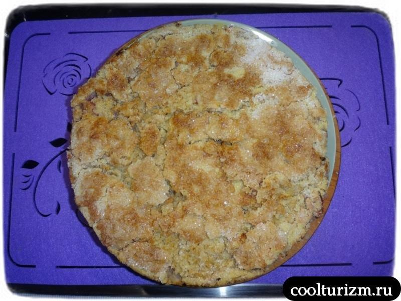 вытаскиываем яблочный пирог из духовки