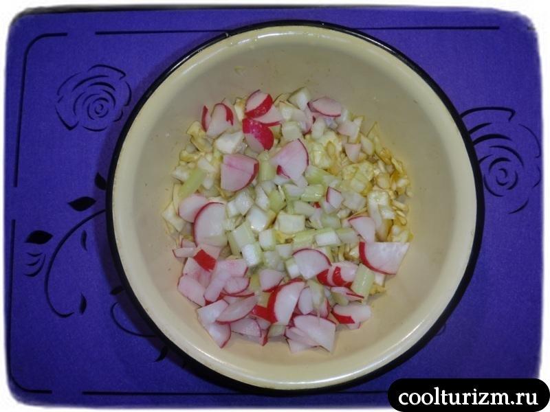 делаем салат из капусты,сельдерея и редиски