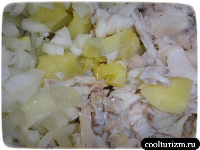 перемешиваем рыбу,лук и картошку