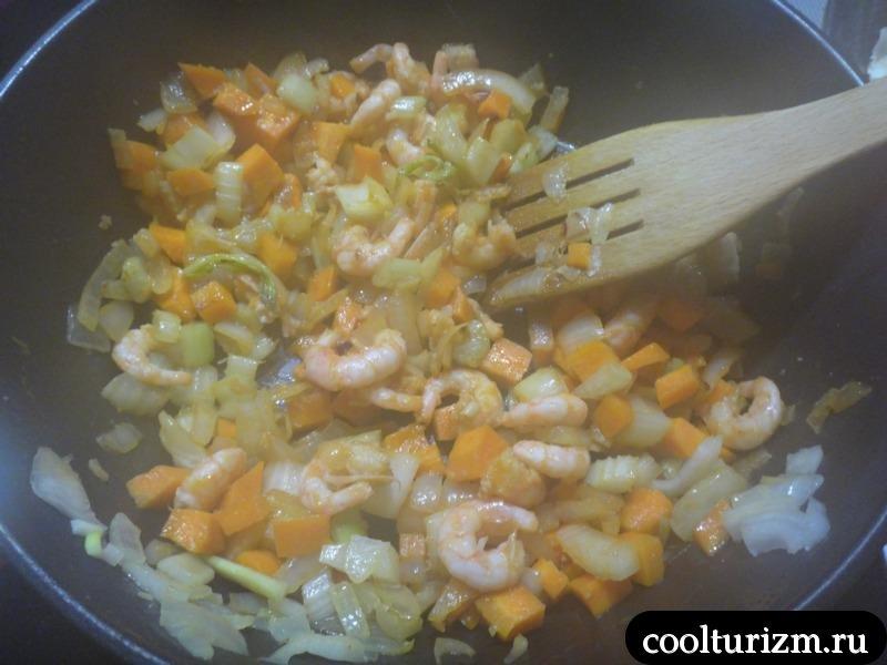 выкладываем креветки в сковородку и поджариваем
