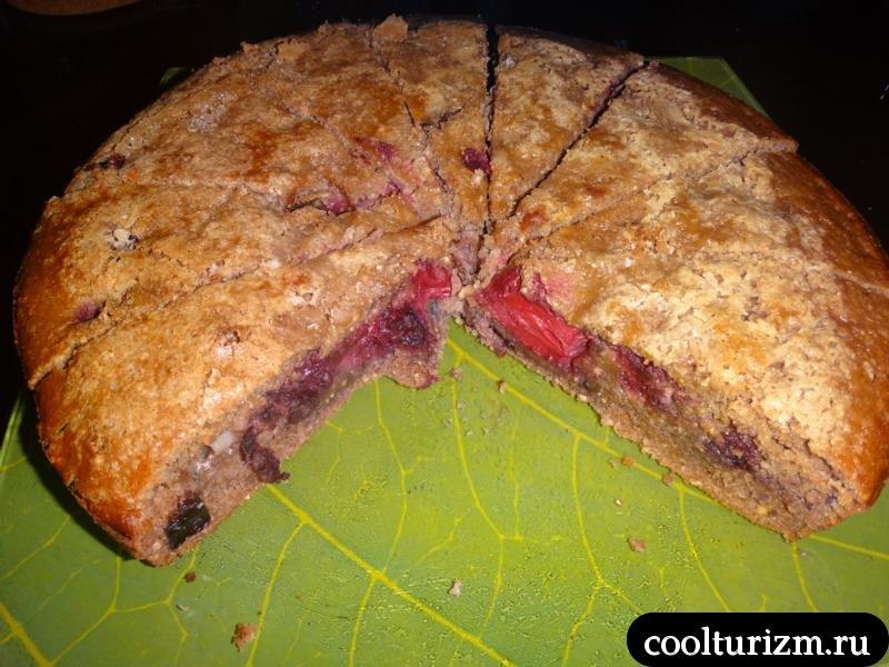 разрез сочного ягодного пирога