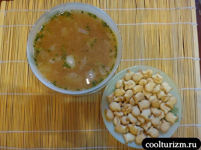 подача килечного супа с крекерами