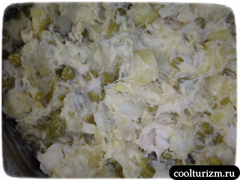 добавляем майонез в рыбный салат