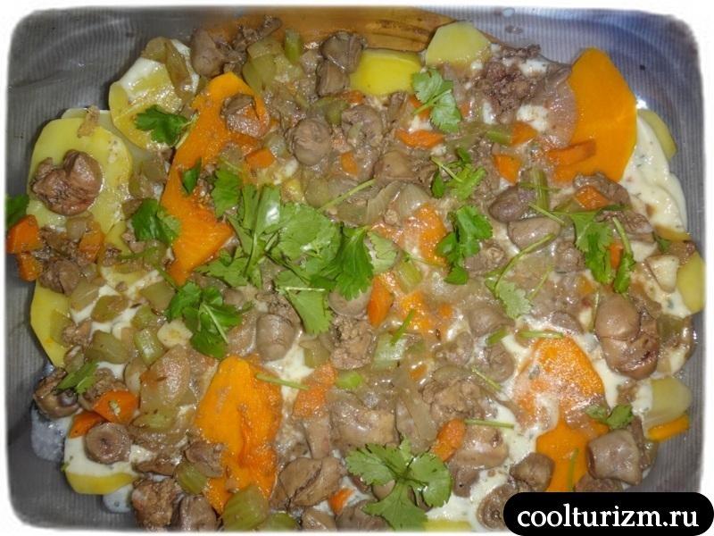 тушим овощи с куриными потрошками на сковородке