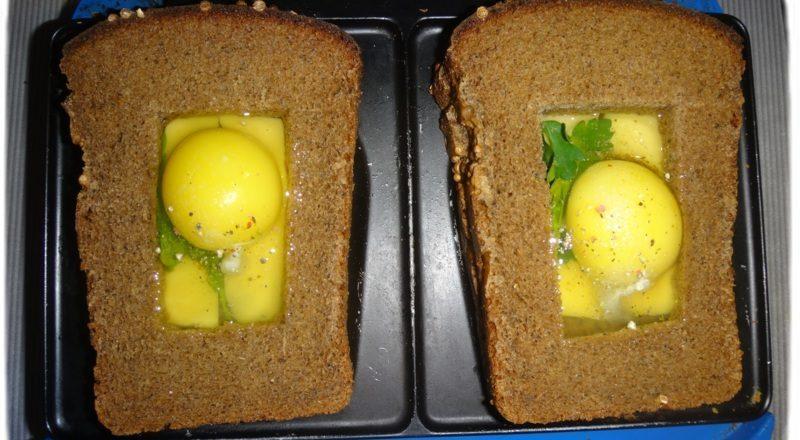 хлеб и яйца в бутерброднице