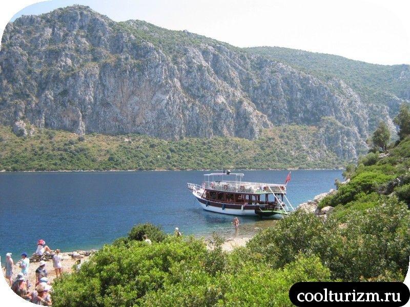яхта в бухте Эгейского моря