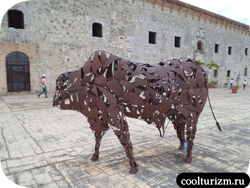 железный бык на набережной Санто-Доминго