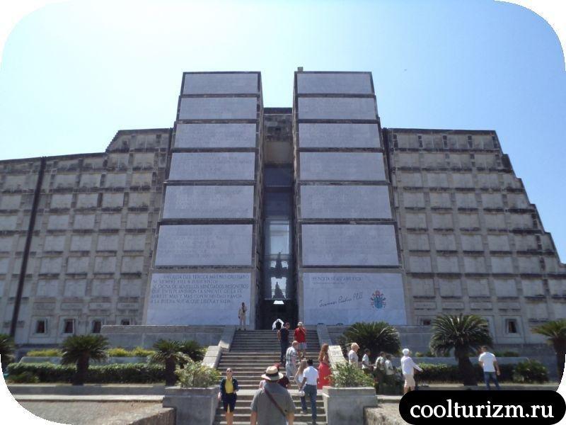 Маяк Колумба центральный вход
