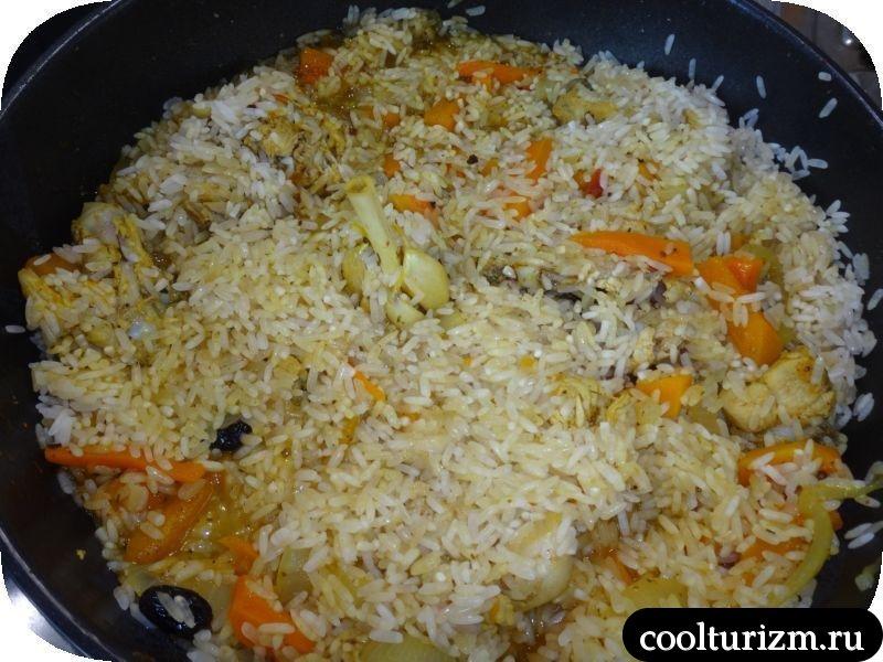 засыпаем сковородку промытым рисом