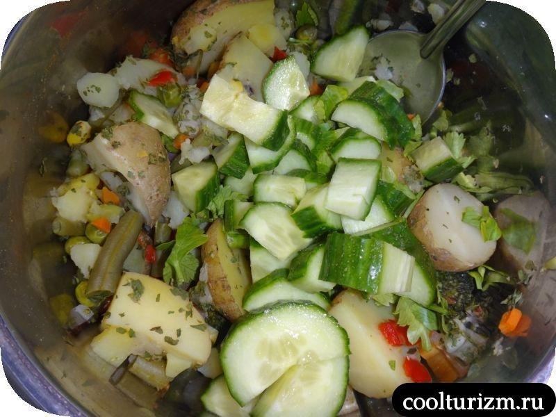 салат из картофеля,овощей и огурцов