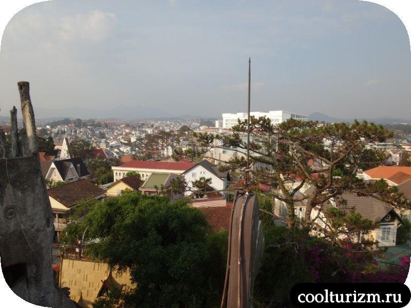 видны великолепный Далат с высоты Крейзи Хауза