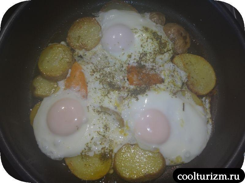 жарим яйца с картошкой и тыквой