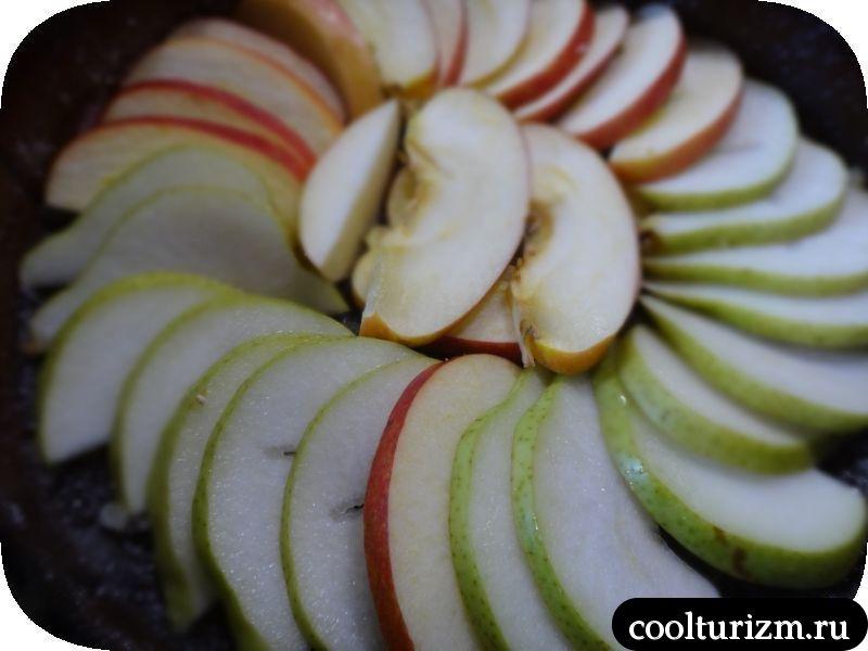 выкладываем слой яблок и груш