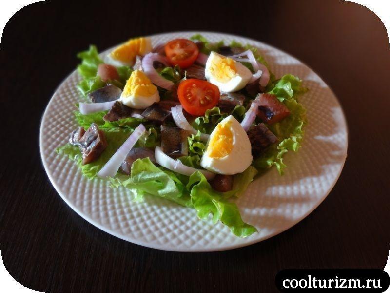 подача салата с селедкой