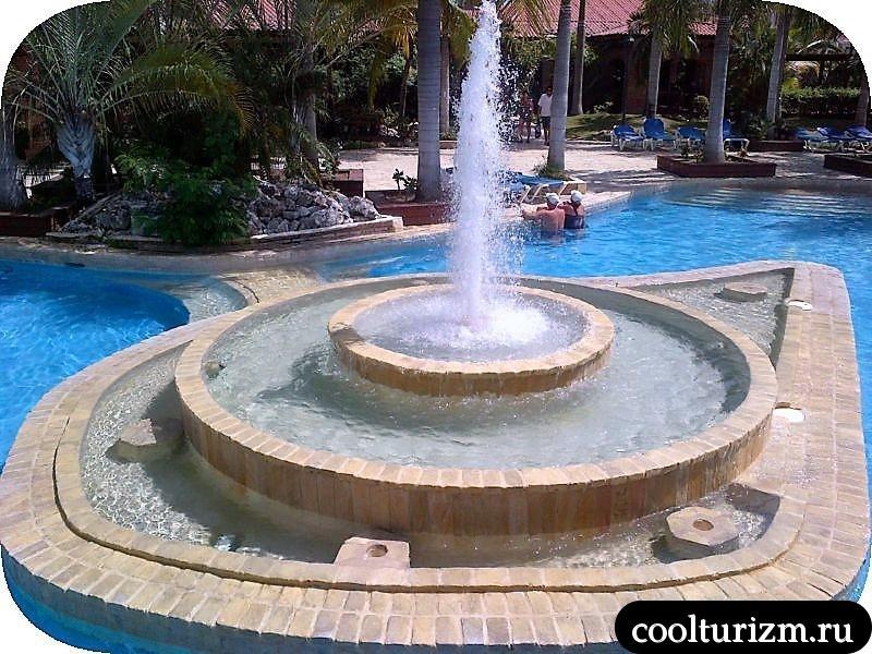 Ифа Баваро Барсело фонтаны в бассейне