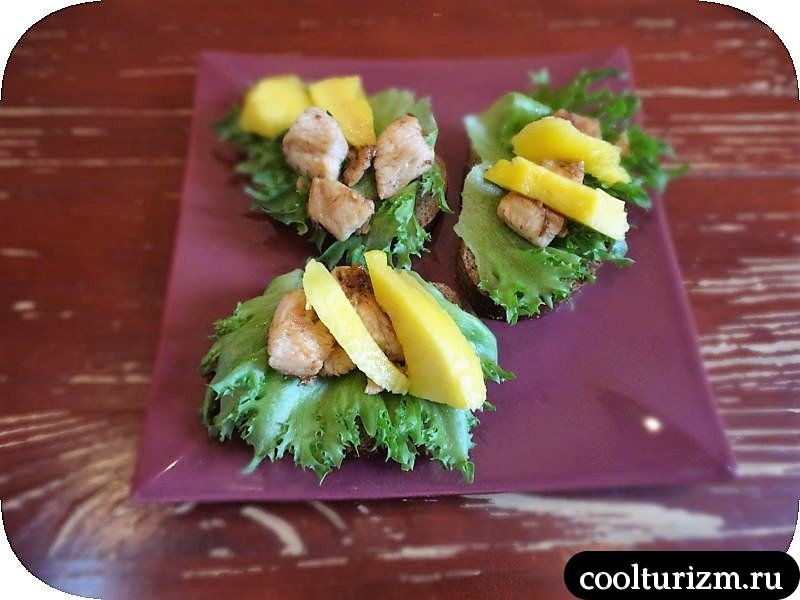 подача салата их манго на бутербродах