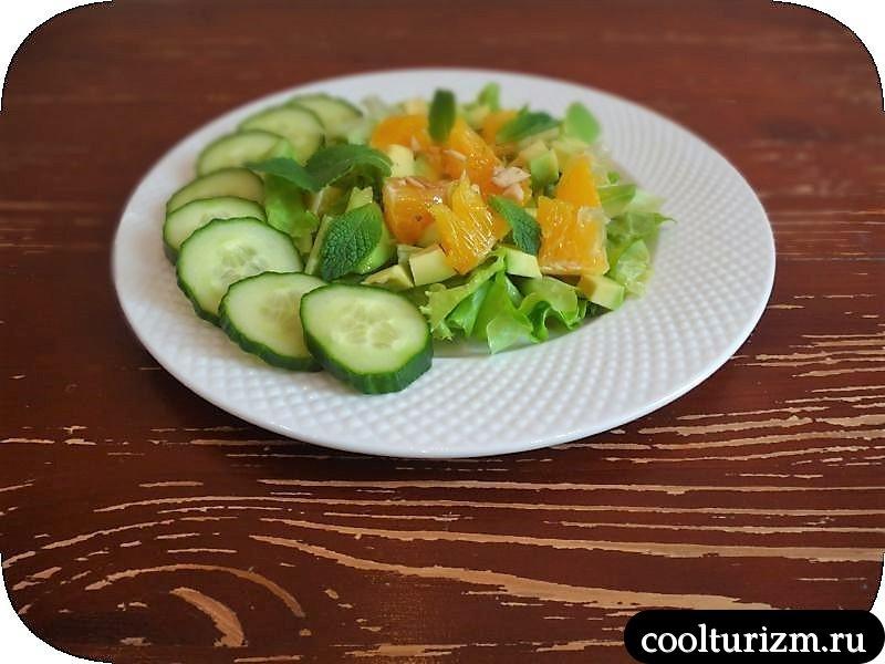 подача салата из апельсинов и авокадо