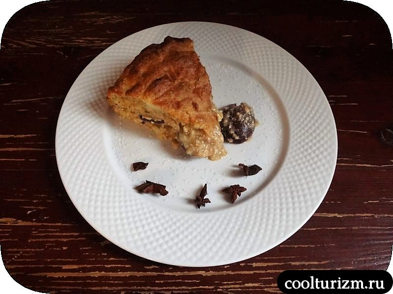 подача пирога со сливой