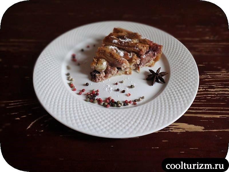 Пирог из сливы, творога и слоеного теста
