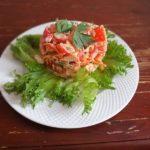 Салат из крабовых палочек, помидоров и корейской морковки