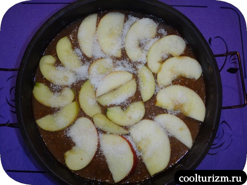шоколадный пирог с яблоками и орехами
