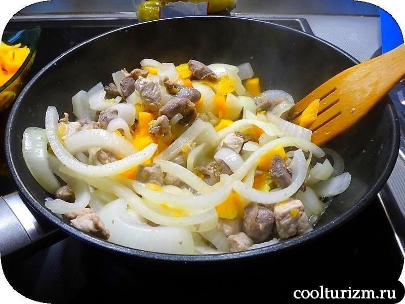 мясо.бочковые огурцы и картошка