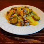 Мясо и куриные желудки с картошкой, тыквой и солеными огурцами