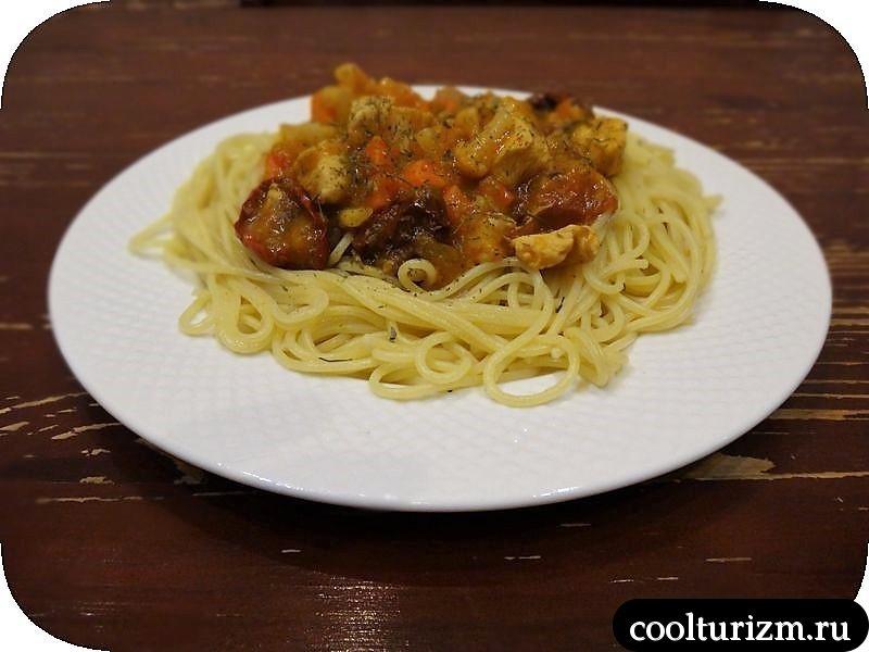 спагетти с соусом width=